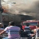 Incendio destruyó quince comercios en La Vega; Vídeos