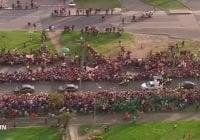 Papa Francisco llega a Colombia y lo reciben a ritmo de cumbia