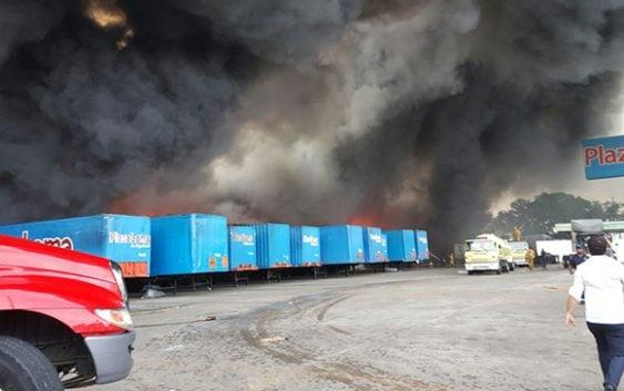 Voraz incendio consume almacenes de Plaza Lama en la autopista Duarte; Vídeos
