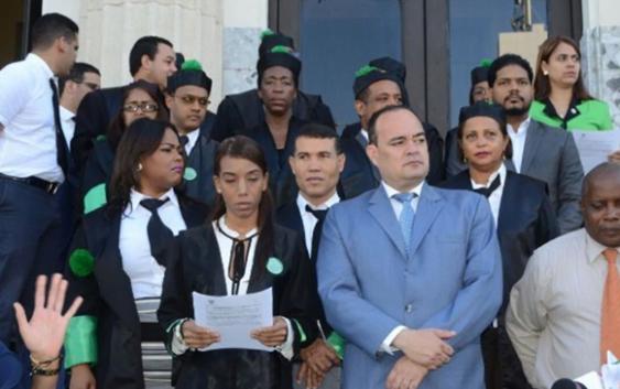 Defensores públicos en huelga por salarios; CARD pide renuncia de la directora