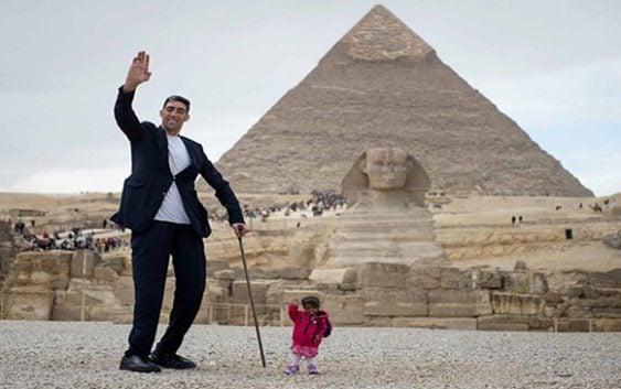Egipto reune la mujer más pequeña y el hombre más alto en la Pirámide de Guiza