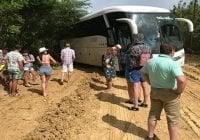 Chóferes y turistas que viajan a Cayo Arena en Punta Rucia pasaron las de Caín