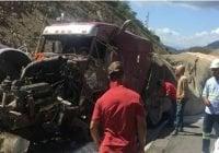 Accidente entre varios vehículos por derrame de aceite deja algunos heridos y un muerto