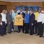 Lizardo Mézquita recibe camiseta del equipo Mauricio Báez