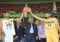 Lizardo Mézquita realiza saque de honor en serie final entre Mauricio Báez y Rafael BarIas