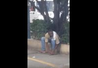 Salud: Haitiano vendedor de piñas se hace pedicure con cuchillo de servir la fruta; Vídeo