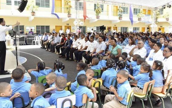 Navarro se reune con comunidad educativa y dirigentes en Capotillo y Simón Bolívar
