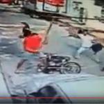 Atracador encontró la tusa de su… Cuando se aprestaba a huir, víctimas lo derriban del motor; Vídeo