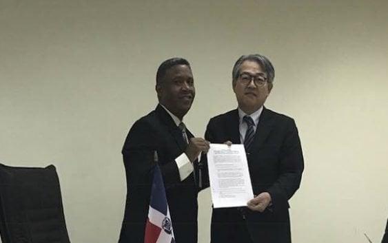 Embajador de Japón entrega cheque para construcción centro envejecientes de Villa Jaragua