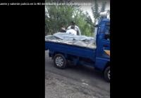 Un maldito policía «valiente» golpea señor esposado, será capaz de mirar los ojos de algún familiar?; Vídeo