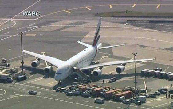 Aislan avión de Emirates Airlines en NY con 100 pasajeros enfermos de 521 a bordo