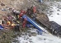 Aumentan a 23 los muertos por autobús se precipitó al abismo en Perú