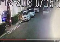 Banda a bordo de una motocicleta y un carro asalta familia al llegar a su residencia; Vídeo