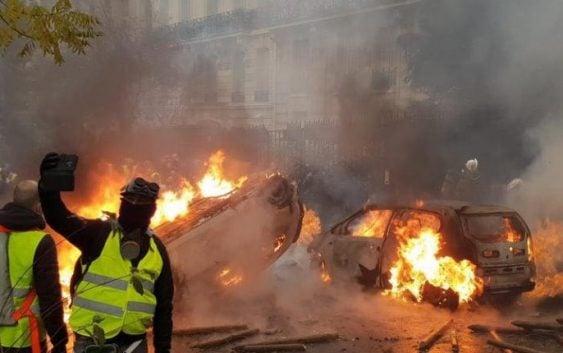 """Macron, recorre lugares destruídos en protestas del """"chaleco amarillo"""" por alzas de los combustibles"""