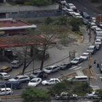 Venezolanos sufren que la narcodictadura los haga amanecer en colas por combustibles