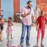 Jochy Batista entrega juguetes en el sector Los Praditos del Distrito Nacional