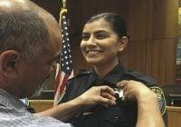 Joven policía asesinada por atacante en California había recibido insignia de su padre en agosto tras juramentarse