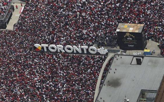 Tiroteo en festejos de Toronto Raptors en plaza del Palacio del Ayuntamiento deja 4 heridos; Vídeos