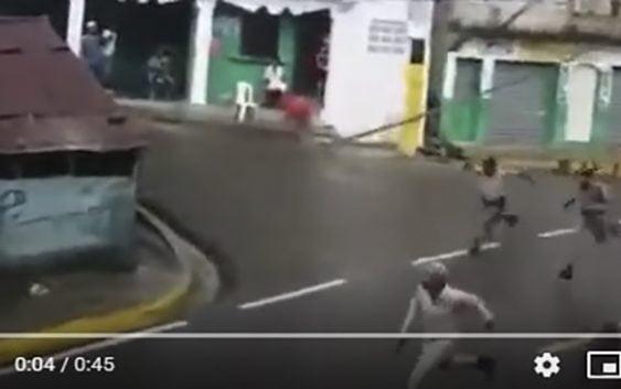Preocupante; «Que mal andamos» Policías recibidos a tiros huyen en Peralta de Azua; Vídeo