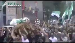 Musulmanes protestan con cadáver de terrorista-suicida aún teniendo la bomba y le explota a la multitud; Vídeo