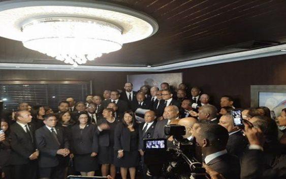 Más de 100 legisladores se retiran de rendición de cuentas de Danilo Medina; Prefieren oir jóvenes Plaza de la Bandera; Vídeos