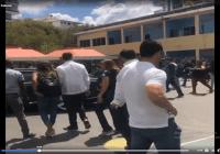 Vehículo de Margarita Cedeño es perseguido en centro de votación al ritmo de «Se va mamá»; Vídeo