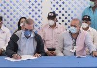 Abinader firma acuerdo con dirigentes de Nagua para construir Malecón y otras, ganadas las elecciones