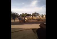 Hasta cuándo países cómplices? En Venezuela: Sepelio en carretilla y envuelto en sábana; Vídeo