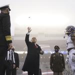 Soldados reciben a Trump con euforia en partido entre Navy y Army por no apostar a la guerra; Vídeo