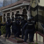 Se entrega criminal de Alma Rosa estaba atrincherado por ocho horas; Asesinó expareja e hirió hijo