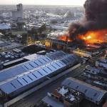 Incendio consume Colchonería La Reina en el Ensanche La Fe del Distrito Nacional; Vídeos