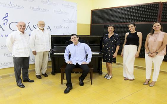 Escuela de música Fundación Fiesta Clásica recibe donación de piano
