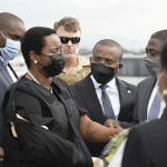 Mundo no sale del asombro que a 10 días crimen presidente Jovenel Moïse viuda regrese a Haití; Tuits y Vídeos