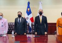 Ministro García Fermín despide a 18 becarios que estudiarán en universidades de Francia